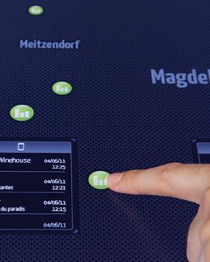 """Susanne Speh, Sindy Kültz u. Torsten Müller   Autocontrol 3D  Welche Musik wird hier eigentlich gehört?  SoundDrive ermöglicht eine neue Form des Musikhörens im Auto. Alle Insassen haben die Möglichkeit Musik zu hören die zeitgleich in anderen Fahrzeugen und Orten auf der Strecke gehört wird. Es entsteht ein Musiknetzwerk auf der Fahrtroute in dem die Fahrzeuge zu mobilen Radiostationen werden. Der Nutzer bekommt """"akustische Einblicke"""" in die musikalische Vielfalt der Stecke. Eine nach hinten erweiterte Multitouch-Mittelkonsole schafft eine Verbindung zwischen allen Insassen und wird somit als gemeinsamer Interaktionsraum genutzt."""