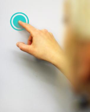 Janine Perkuhn, Isabelle Schacht,  Maria Magdalena Haasis und Gao Yunxiao | ROOM SERVICES  Ally ist die zeitgemäße Neuinterpretation der her-kömmlichen Klingelanlage an Haustüren und ergänzt sie auf interaktive Weise. Es besteht aus einem Touchmonitor, der die Außenanlage erse-tzt, sowie einer Smartphone-App, die als Gegen- sprechanlage und Haustürschlüssel dient. Ist der Bewohner nicht anzutreffen, kann der Besucher mit diesem per Video in Kontakt treten oder ihm eine Nachricht hinterlassen. Die Applikation ermöglicht dem Bewohner bei Abwesenheit von überall her mit Besuchern zu kommunizieren und diesen Haus-, Wohnungs- oder Zimmertüren zu öffnen.