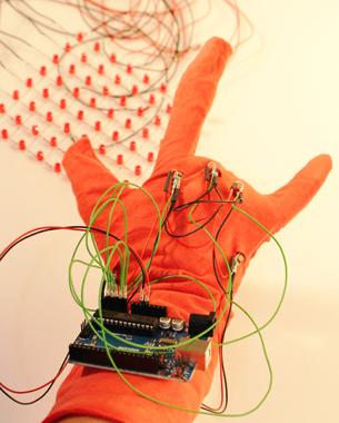 Susanne Speh | Software and Hardware Sketching  Sprache wird verpixelt und somit lesbar gemacht. Bewegungen der Finger werden als Buchstaben  des Fingeralphabets über Flexsensoren erfasst, deren Werte ausgelesen und auf einer Pixelmatrix dargestellt. Ziel ist eine experimentelle Auseinandersetzung mit einer anderen Form von Sprache.  Sprache gibt es in den unterschiedlichsten Formen, warum also nicht auch als Pixel?!