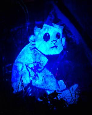"""// Neon City ist eine Community. Mit einer Mischung aus Geocaching und leuchtenden Bildern aus UV- Farben beteiligen sich die Mitglieder an der Mitgestaltung des öffentlichen Raumes. Magdeburg bietet nachts viele dunkle und eher abschreckende Orte - das Projekt """"Neon City"""" soll die Plattform/ Community für neugierige Künstler und Entdecker bieten, genau das durch eigene, nur bei Nacht sichtbare Werke zu ändern.  // Dominik Iwan // Ben Krüger"""