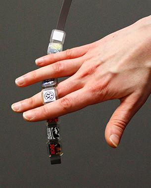 // Wir haben nach einem emotionalen Weg gesucht Carsharing-Fahrzeuge schnell zu personalisieren. Brace'n'Beats schafft das über deine Lieblingsmusik.  Mit unserem Armband kannst du außerdem dein persönliches Fahrzeug, sowie deine Lieblingsmusik als Hardware mit anderen Usern teilen und am Körper tragen. Durch die von uns entworfene App kann nicht nur das Auto sondern auch das Armband individualisiert werden.  // Charlotte Sophie Charbonnier // Franziska Hoppen